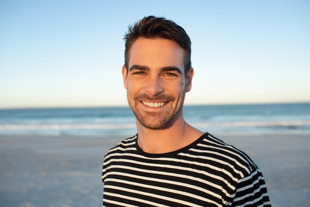 Счастливый человек, стоящий на пляже Бесплатные Фотографии