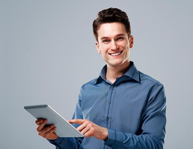 디지털 태블릿을 사용 하여 행복 한 사람 무료 사진