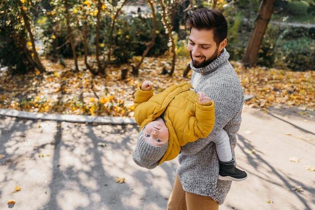 Счастливый человек с ребенком на открытом воздухе Бесплатные Фотографии