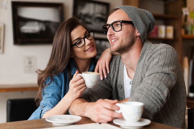 Uomo e donna felici nella caffetteria Foto Gratuite