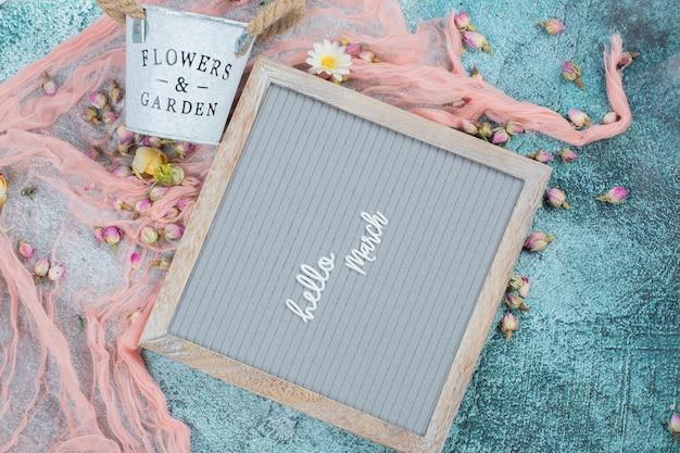 周りに花が咲く幸せな行進ポスター 無料写真
