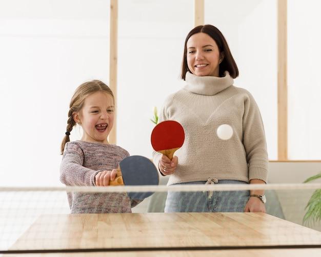 Счастливая мама и ребенок в помещении Бесплатные Фотографии