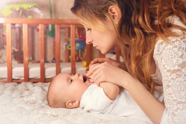 Счастливая мама играет со своим сыном. гармония и любовь между мамой и сыном Premium Фотографии