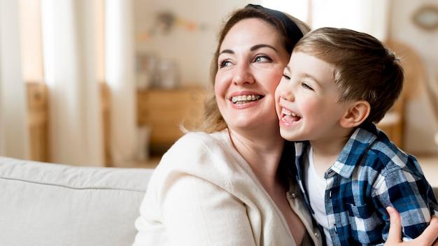 幸せな母と子がよそ見 無料写真
