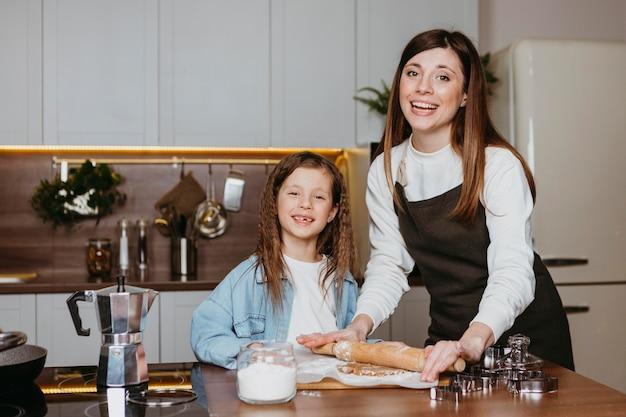 Счастливая мать и дочь готовят на кухне Бесплатные Фотографии