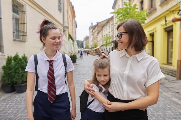 幸せな母と娘が学校に行く Premium写真