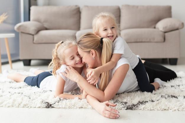 Счастливая мать и дочери позируют дома Бесплатные Фотографии