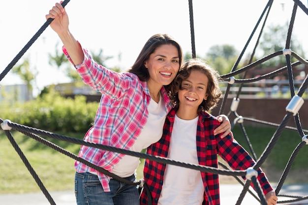 幸せな母と息子が公園で一緒に 無料写真
