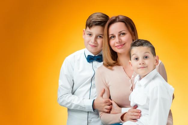 幸せな母と2人の息子 無料写真