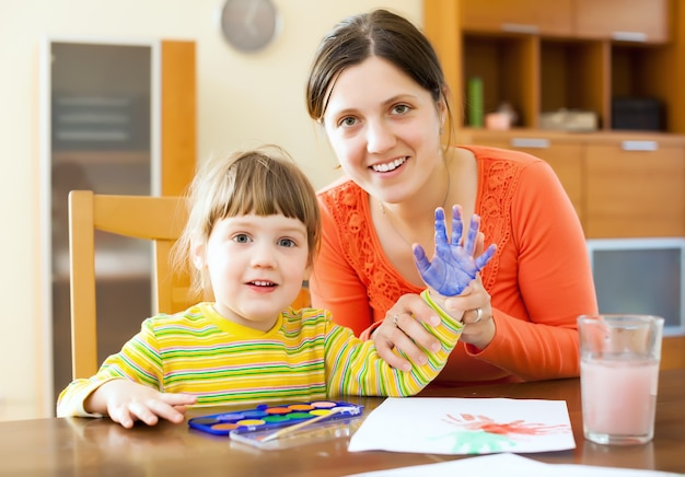 Happy mother and child painting on paper Free Photo vaderdag knutselen babys verjaardag papa cadeau