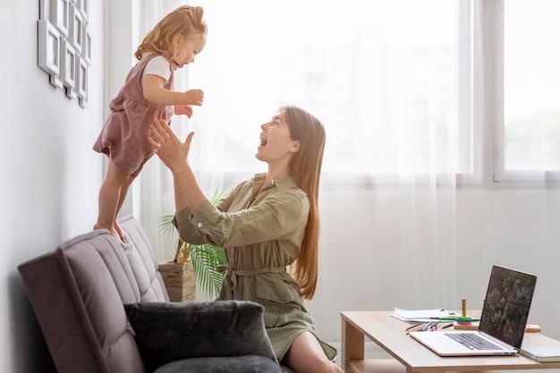 幸せな母の娘と遊ぶ 無料写真