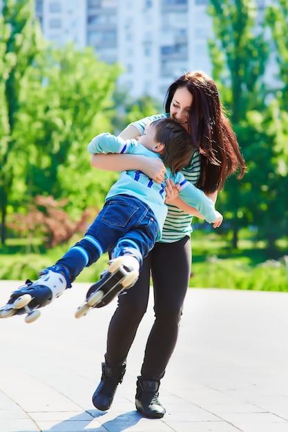 Счастливая мать вертит ее сына Premium Фотографии