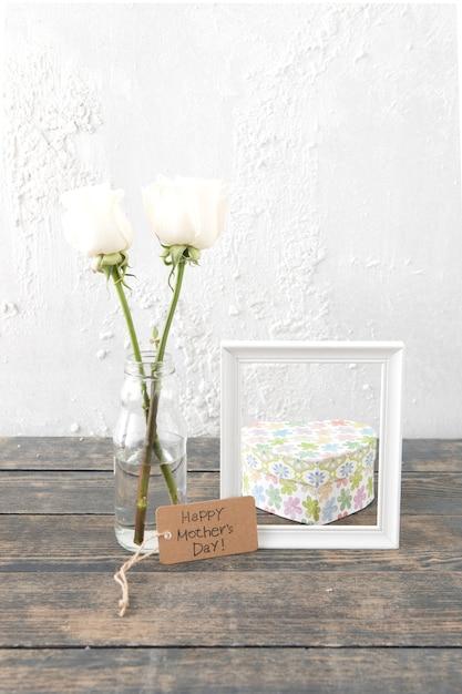 花瓶とフレームのバラと幸せな母の日碑文 無料写真