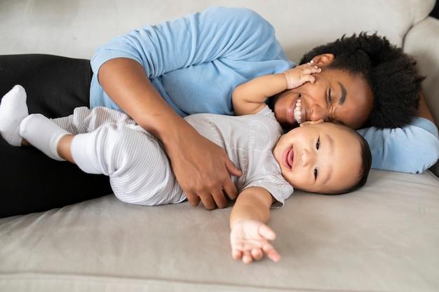 새로운 정상에서 함께 시간을 보내는 행복한 다민족 가족 무료 사진