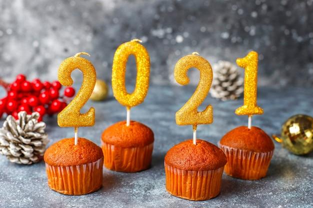 С новым 2021 годом, кексы с золотыми свечами. Бесплатные Фотографии