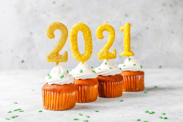 새해 복 많이 받으세요 2021, 황금 초 컵 케이크. 무료 사진