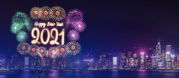 С новым годом 2021 фейерверк над городским зданием у моря в ночное время Premium Фотографии