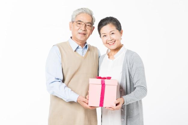 Счастливые старые пары с подарочными коробками Premium Фотографии