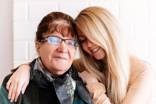 행복 한 오래 된 할머니 포옹 손자 프리미엄 사진