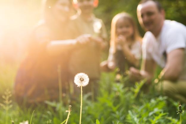 自然の中で子供を持つ幸せな親 Premium写真