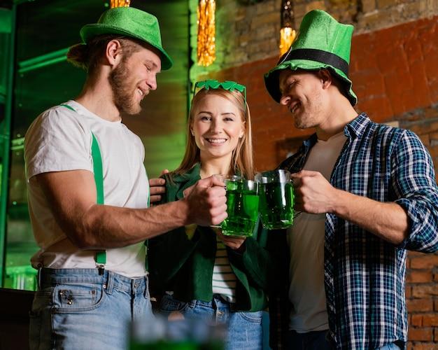 세인트를 축하하는 행복한 사람들. 음료와 함께하는 패트릭의 날 무료 사진