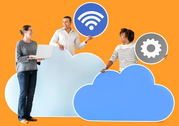 Счастливые люди с облачными и технологическими значками Premium Фотографии