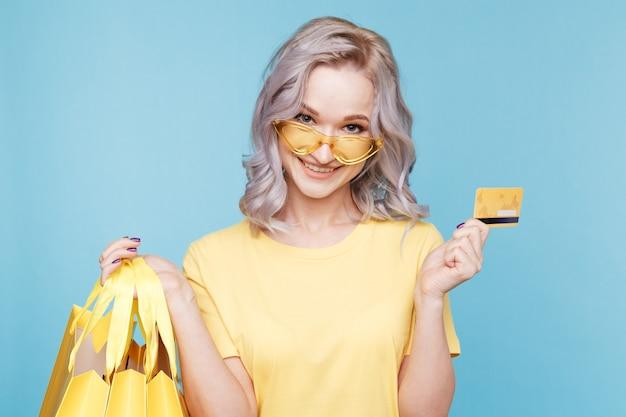 쇼핑백과 신용 카드와 함께 행복 한 사람입니다. 프리미엄 사진