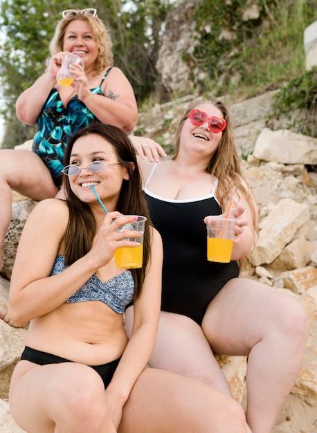 ジュースを飲んで幸せなプラスサイズの友達 無料写真
