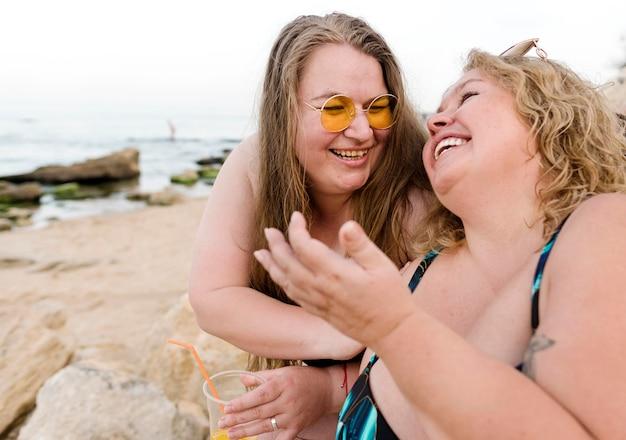 幸せなプラスサイズの友達が 無料写真