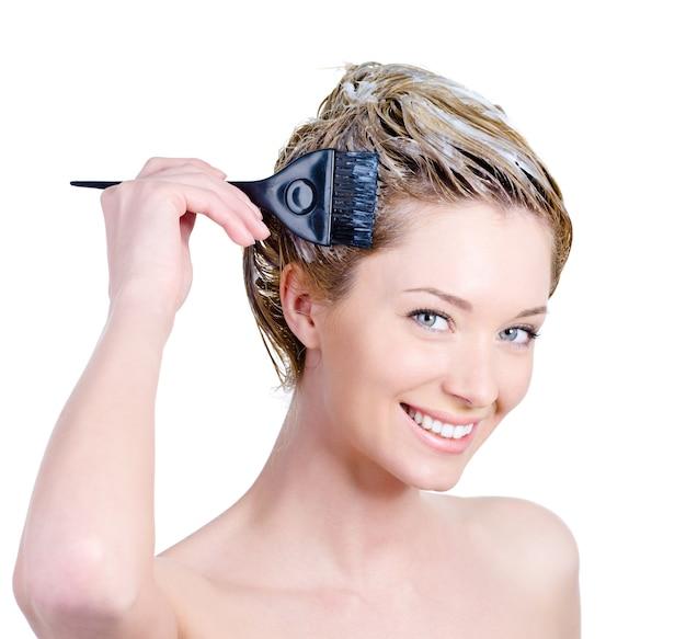 Счастливый портрет веселой красивой молодой женщины с кистью, окрашивающей волосы - изолированные на белом Бесплатные Фотографии