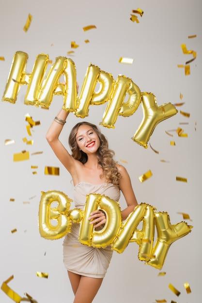 황금 색종이에 생일을 축하하는 행복 한 예쁜 여자 무료 사진