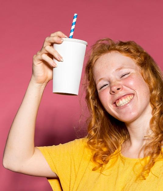 幸せな赤毛の女の子の応援 無料写真