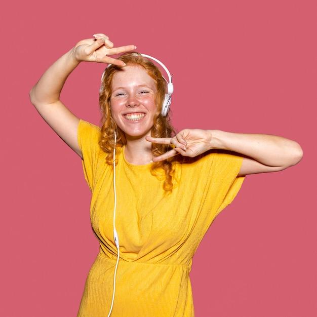 헤드폰을 통해 음악을 듣고 행복 한 빨간 머리 소녀 무료 사진