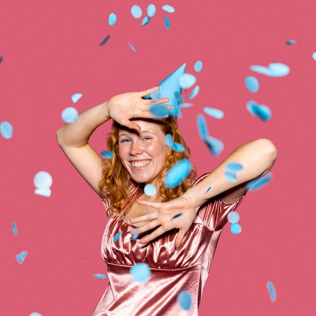 색종이 던지고 행복 한 빨간 머리 여자 무료 사진