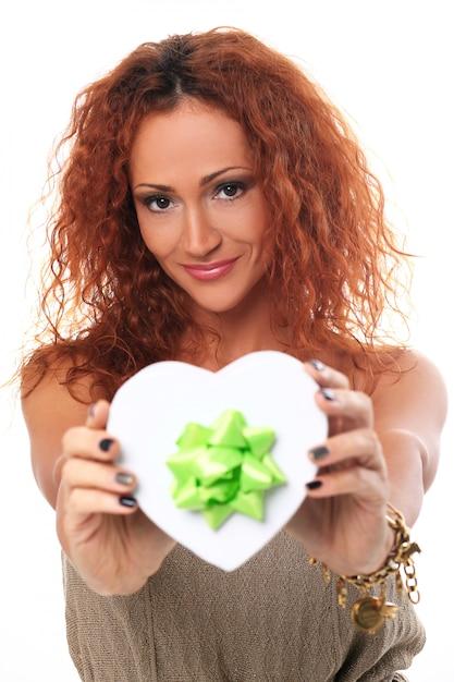 선물 상자와 함께 행복 한 빨간 머리 여자 무료 사진