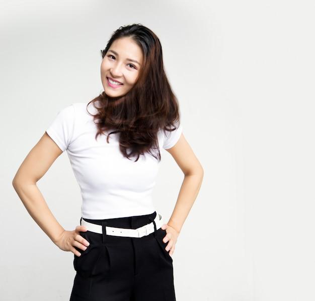白い分離壁で仕上げ作業後の幸せなリラックスアジアビジネス女性 Premium写真