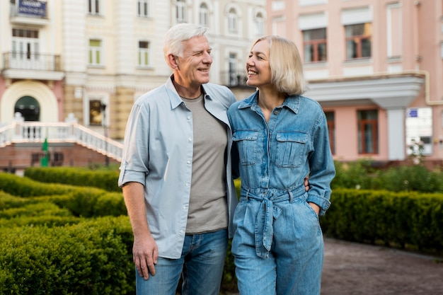 Счастливая пара старших, наслаждаясь своим временем в городе в объятиях Бесплатные Фотографии