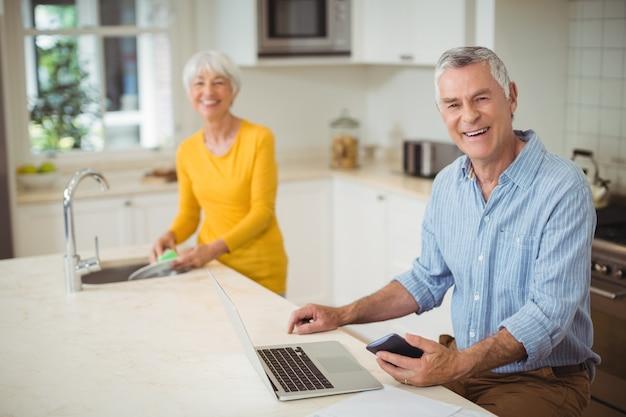 キッチンで幸せな先輩カップル Premium写真