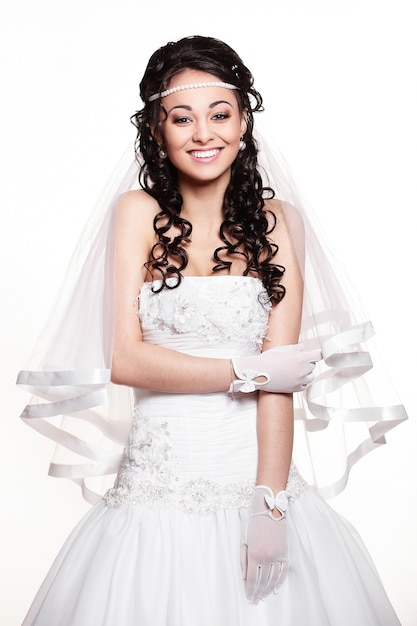 Счастливая сексуальная красивая невеста брюнетка женщина в белом свадебном платье с прической и ярким макияжем Бесплатные Фотографии
