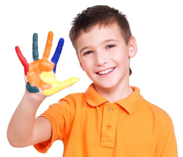 塗られた手で幸せな笑顔の少年-白で隔離。 無料写真