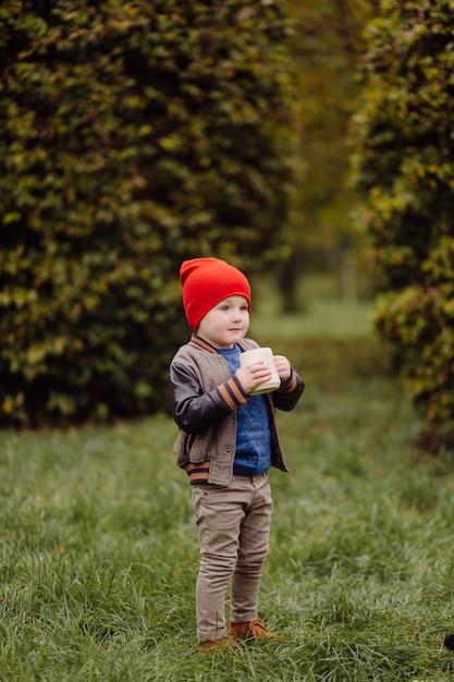 Bambino sorridente felice che gioca all'aperto in un giardino Foto Gratuite