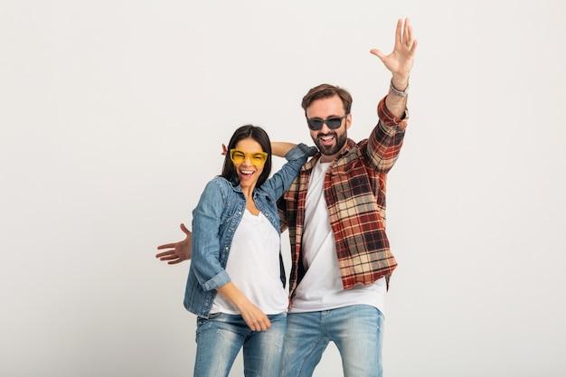 Счастливая улыбающаяся пара танцует на вечеринке, изолированной на белой студии Бесплатные Фотографии