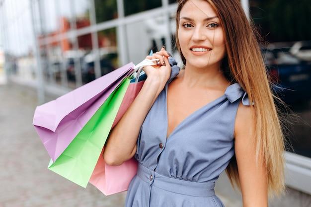 ショッピングの散歩の後の幸せな笑顔の女の子 Premium写真