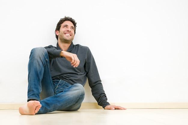 幸せな笑みを浮かべて男を見上げると彼の未来を夢見て Premium写真