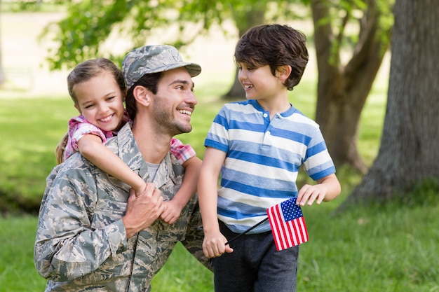 公園で息子と娘と再会した幸せな兵士 Premium写真