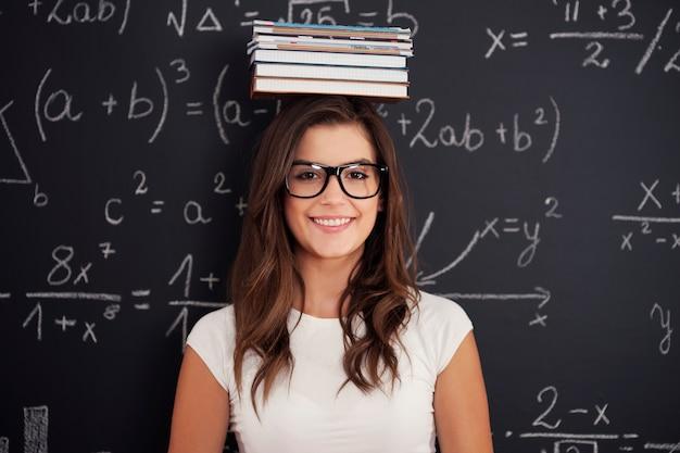 Счастливый студент с книгами на голове Бесплатные Фотографии