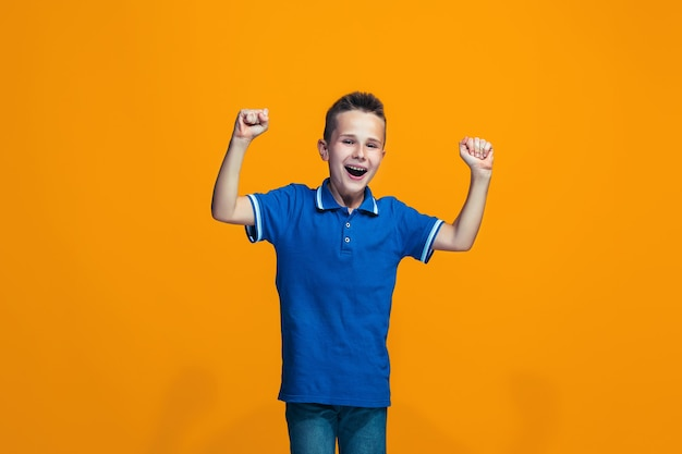 Ragazzo teenager di successo felice che celebra essere un vincitore. Foto Gratuite