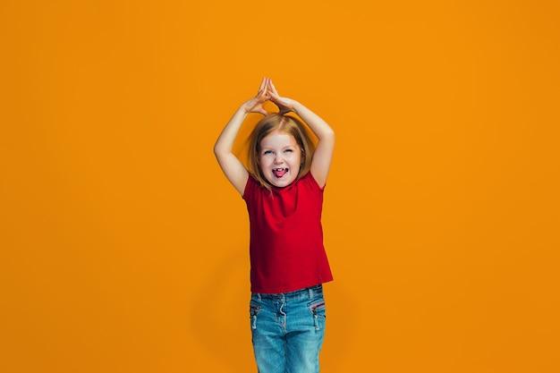 Ragazza teenager di successo felice che celebra essere un vincitore. immagine energetica dinamica del modello femminile Foto Gratuite