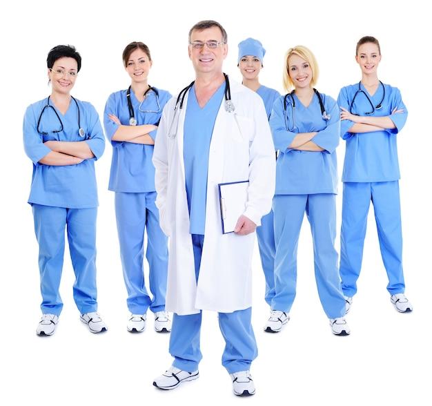 Счастливая успешная команда хирургов с одним зрелым врачом на переднем плане Бесплатные Фотографии