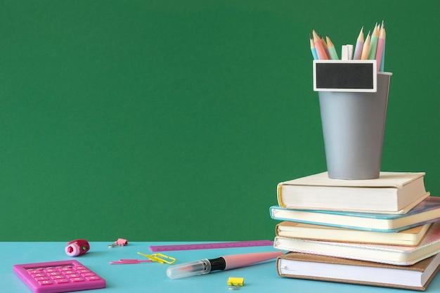 Счастливый день учителя школьные принадлежности копировать пространство Premium Фотографии
